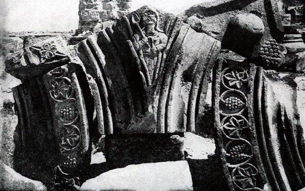 Portret-zodchego-Ovannesa-kak-podpis-k-arhitekturnomu-stroeniyu
