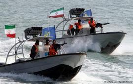 Патрульный катер Ирана нацелил оружие