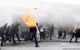 Слезоточивый газ против демонстрантов