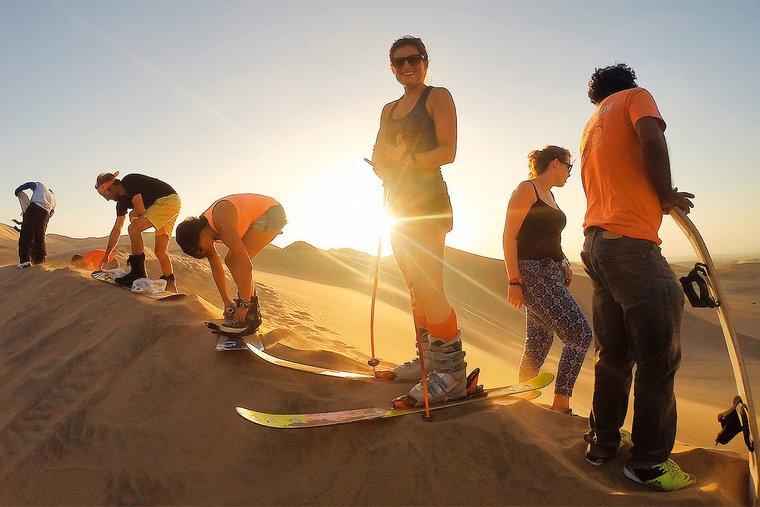 Оазис Уакачина, Ика, Перу. Естественное озеро в зеленом кольце пальм — настоящий остров жизни посреди сливочно-желтых песков пустыни Атакама, самого жаркого места на планете. Уакачина считается дорогим курортом: его конкуренты выглядят как декорации к фильму «Кин-Дза-Дза», зато в Уакачине все в порядке и с сервисом, и с эстетикой: строился он для богатых жителей департамента Ика, которые традиционно ездят сюда на уик-энд еще с середины прошлого века. В оазисе расположен главный офис International SandSnow School — одной из немногих полноценных школ сендскиинга и сендбординга в мире