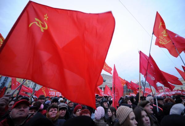 Акция сторонников КПРФ у Большого театра в Москве, 7 ноября 2011 года. AFP PHOTO / KIRILL KUDRYAVTSEV