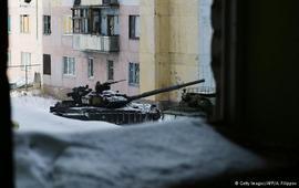 """Единственное, что ЕС, в том числе и Германия, могут дополнительно сделать в ответ на новую эскалацию в Донбассе, - это активнее помогать с восстановлением и оказанием гуманитарной помощи жителям востока Украины, """"которые даже на контролируемых Киевом территориях часто все еще очень скептически настроены к ЕС"""", добавляет Халлинг. Главная цель - дать Украине пространство для действий В том, что дополнительные санкции в отношении России в ответ на бои в районе Авдеевки маловероятны, соглашается и Густав Грессель (Gustav Gressel) из Европейского совета по международным отношениям (ECFR). """"Где европейцы могли бы делать больше, так это продвигать какие-то инициативы в рамках НАТО в вопросе помощи украинской армии в боевой подготовке, поставках военной техники, особенно если американцы перестанут демонстрировать активность (в альянсе. - Ред.)"""", - заявил он в беседе с DW . А что касается минских соглашений, то эксперт не считает их полностью провалившимися. По его выражению, пока режим в России завязан на сегодняшний идеологии, а Путин крепко держится за власть, полное выполнение Минска-2 """"очень проблематично, если не невозможно"""". """"Но это не является главной целью минских договоренностей, - говорит он. - Главная цель - предоставить Украине определенное пространство для действий, международную помощь, чтобы достичь прогресса в реализации реформ"""". Если это произойдет, Киев окажется в гораздо более сильной позиции: """"По крайней мере для того, чтобы выждать, пока времена в России изменятся, и только тогда можно думать о настоящем решении для Донбасса и для Крыма"""". Именно поэтому Грессель советует Киеву не хоронить Минск-2, а наоборот - брать на себя инициативу по его выполнению, независимо от действий другой стороны. """"Когда в дипломатическом процессе Киев - та сторона, которая постоянно говорит """"нет"""" в ответ на российские предложения, то прежде всего в Западной Европе - во Франции, в Нидерландах, в Италии - многие думают, что Киев - тот, кто отказывается что-то делать"""", - предос"""