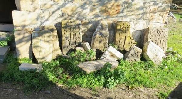 Монастырь Гтчаванк – один из средневековых политических и духовных центров Арцаха основан в V в., расположен неподалеку от села Тох, бывшей резиденции Дизакских меликов в 17-19 вв., на северо-восточном склоне горы Тохасар или Чгнавор (гора Отшельника), среди густых лесов.