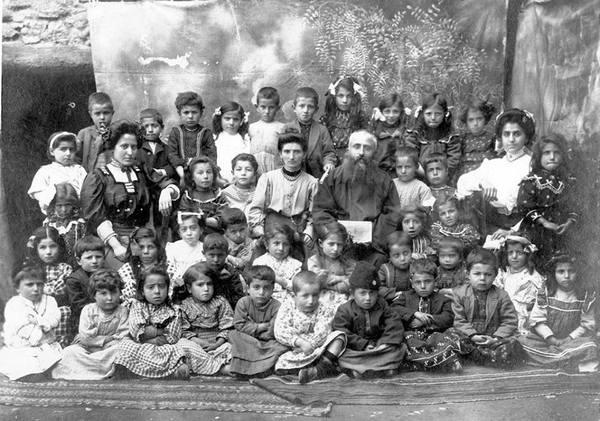 ученики и учетеля школы при армянской церкови Сурб Акоп в Харберде