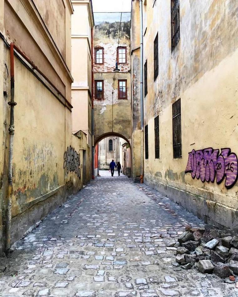 Переулок через дворик , соединяет улицы Армянскую и Леси Украинки