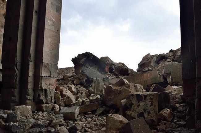 Южный фасад храма обрушен полностью, видны следы пламени на осколках.