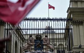 Турецкий флаг над консульством Нидерландов