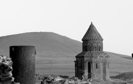 Турки ищут золото и разрушают армянские памятники