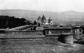 Дверь разрушенного турками храма Сурб Карапет
