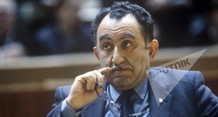 """""""Я глубоко убежден, что в шахматах, хотя они и остаются игрой, нет ничего случайного"""" - так считал 9-ый чемпион мира по шахматам, Тигран Петросян. Да, действительно, его игра была четко подумана и выверена. Он просчитывал комбинации на много ходов вперед, думал не только за себя, но и за своего противника."""