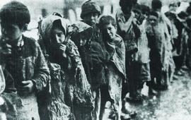 Фото сирот в очереди у входа в приют