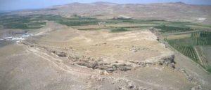 Группа археологов проводит раскопки