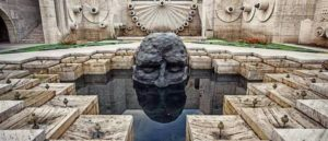 Статуя Visitor Давида Бройера