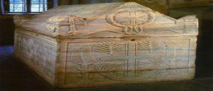 Армянские буквы на саркофаге