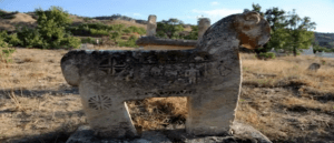 Вандалы уничтожают гробницы