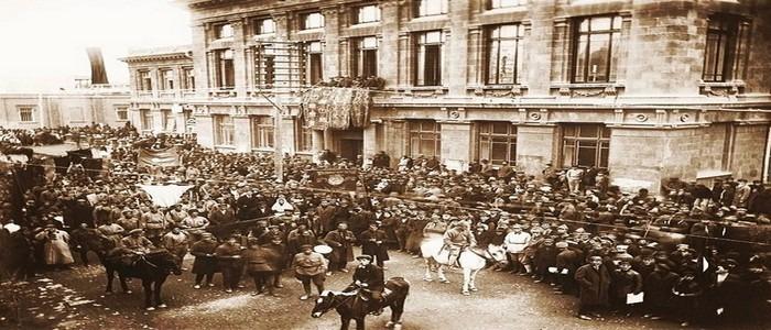 Историческое фото Красной Армии на улице Абовяна в Ереване