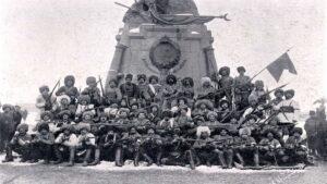 Архивное фото бойцов Армянского добровольческого отряда у военного памятника - Карс-1914 г